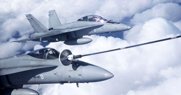 Ilmavoimissa pidetään Hornetien osallistumista USA:n sotaharjoituksiin kiinnostavana vaihtoehtona. Kuvassa Satakunnan lennoston Hornetit ilmatankkausharjoituksessa Yhdysvaltain ilmavoimien tankkerikoneen kanssa.