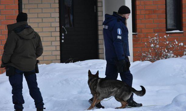 Poliisilla oli apunaan poliisikoira.