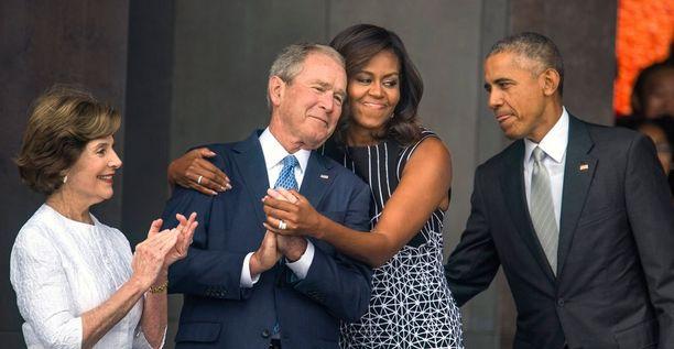Presidentti George Bush vaimonsa Lauran ja presidentti Barack Obaman ja tämän vaimon Michellen kanssa.