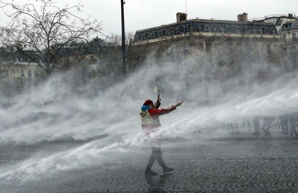 Poliisi käytti vesitykkiä mielenosoittajia vastaan Pariisissa.