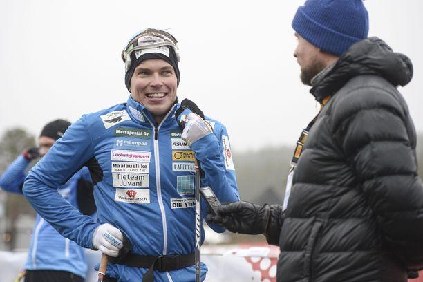 Ari Luusua osaa nauraa itselleen. Siinä missä miehen auto on täynnä sponsoritarroja, samaa voi sanoa verryttelytakista.