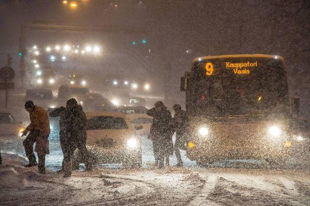 Lumikaaoksen yllättäessä voi paras ratkaisu yksityisautoilun sijaan olla bussin kyytiin nouseminen.
