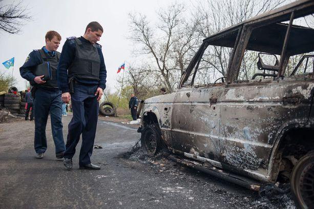 Ukrainalaispoliisit tutkivat paikkaa, jossa oletettu yhteenotto tapahtui.