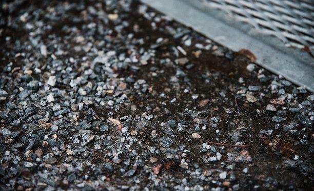 Sepeliä käytetään jäisten katujen hiekoituksessa, ei suksivoiteena.