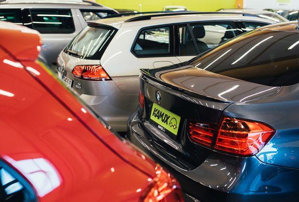 Autoja etsitään nettisivuilta ja vasta sitten lähdetään ostoksille.