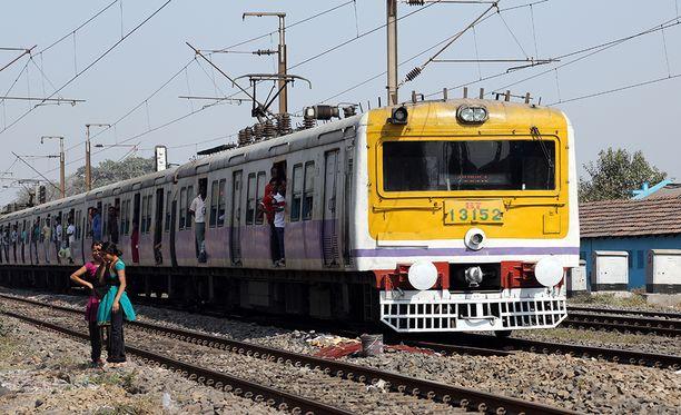 Nuoret jäivät kahden junan väliin hyppiessään kiskoilla kuvia ottamassa.