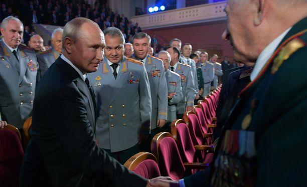 Presidenti Vladimir Putin ja puolustusministeri Sergei Shoigu tervehtivät sotilastiedustelu GRU:n upseereja marraskuun 2. päivän juhlallisuuksissa.