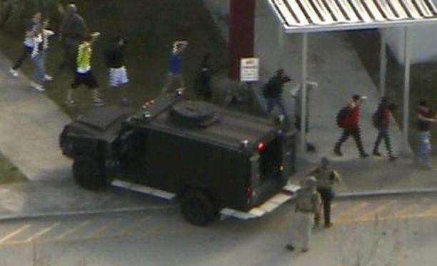 Paikalla on raskaasti aseistettuja poliiseja.