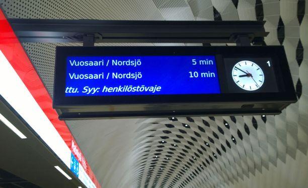 Yksi metrojuna ei kulkenut perjantaiaamuna, koska HKL:llä ei ole tarpeeksi kuljettajia. Kuva on Espoon Matinkylästä.