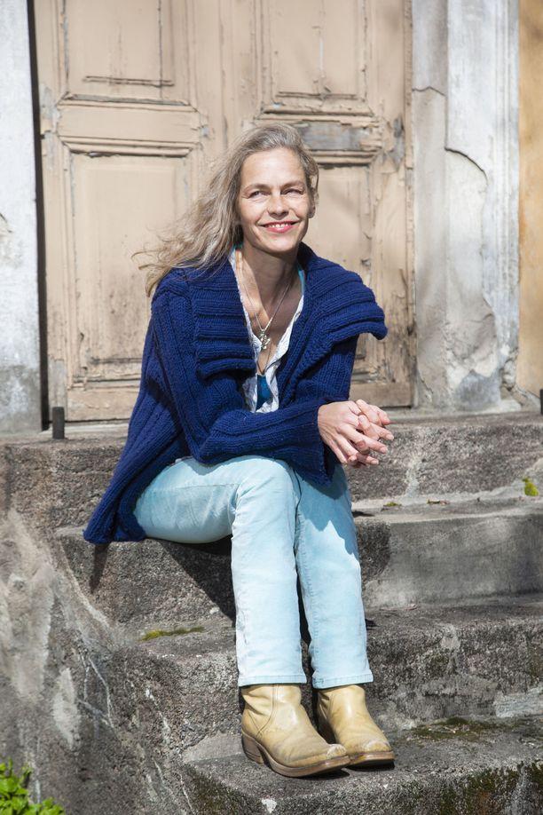Katja Kiuru on myös aikuisen pojan äiti. - 22-vuotias koodaripoikani on maailman ihanin ihminen. Hän sai maistaa näyttelijäntyön ihanuutta näytellessään koulupoikana Eija-Liisa Ahtilan videoteoksessa Missä on missä? jonka Kiasma osti kokoelmiinsa.