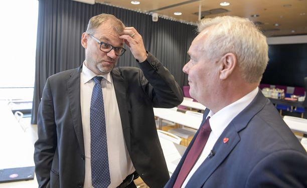Pääministeri Juha Sipilän (vas.) johtama keskusta on menettänyt suosiotaan, kun Antti Rinteen SDP hallitsee kyselyitä.