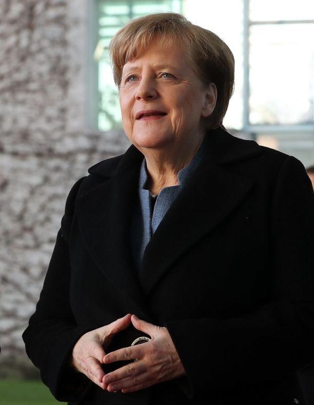 """Angela Merkel onnitteli Putinia """"lämpimästi""""."""