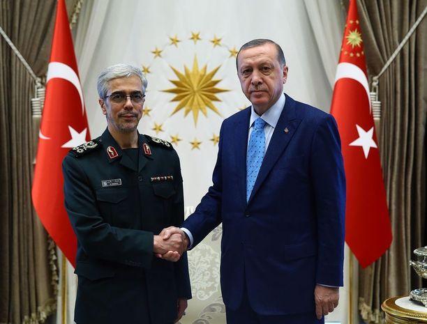 Iranin kenraalimajuri Mohammad Baqeri ja Turkin presidentti Tayyip Erdogan.