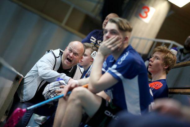 Karhujen vetovastuu vaihtui kuukausi ennen sarjakauden alkua. Juha-Petri Kujansuu pettyi sitoutuneiden pelaajien määrään ja jäi pois.