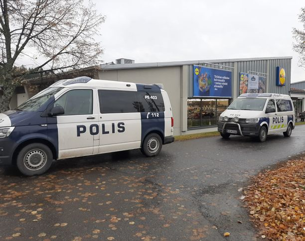 Siilinjärven kauppatiloja tarkistetaan useiden poliisiyksiköiden voimin. Maijoja on parkissa niin Lidlin kuin S-marketin edessä.