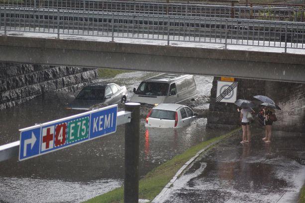 Autot jäivät paikoin pahastikin jumiin tulvavesiin.