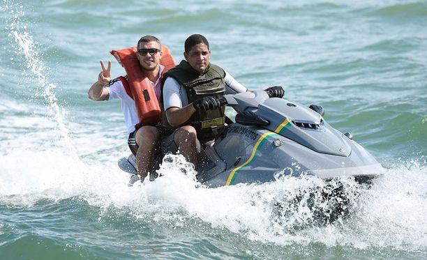 Lukas Podolskilla oli hauskaa vesijetin kyydissä.