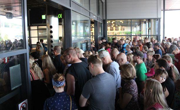Yli 300 ihmistä ryntäsi Kodin Ykkösen konkurssin loppuunmyyntiin Jyväskylässä keskiviikkoaamuna.