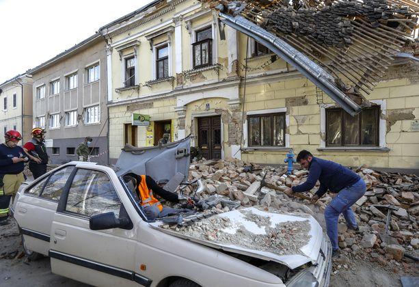 Keskipäivällä tapahtunut maanjäristys teki laajoja tuhoja Petrinjan kaupungissa.