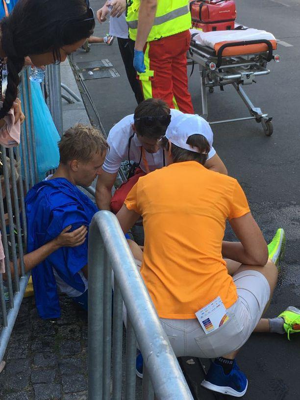 Suomalaiset ja ambulanssimiehet olivat auttamassa kävelijää.