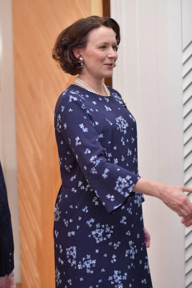 Marraskuun 29. päivä Jenni Haukio edusti hurmaavana Ison-Britannian prinssi Williamin kunniaksi järjestetyllä päivällisellä Mäntyniemessä. Haukio oli pukeutunut päivälliselle väljään siniseen kuviolliseen mekkoon, joka peitti raskausvatsan.