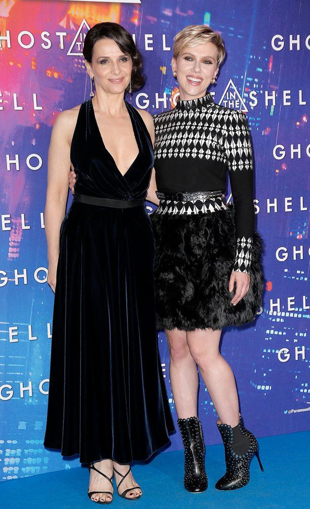 Elokuvassa tutkijaa näyttelevä Juliette Binoche poseerasi Scarlettin kanssa ensi-illan punaisella matolla.