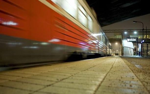 KUMMALLISTA KÄYTÖSTÄ Kolmen siviilivaatteisen ja päihtyneeltä vaikuttaneen miehen matkustaminen T-junan väliohjaamossa Helsingistä Keravalle perjantain ja lauantain välisessä yöjunassa ihmetytti matkustajia.