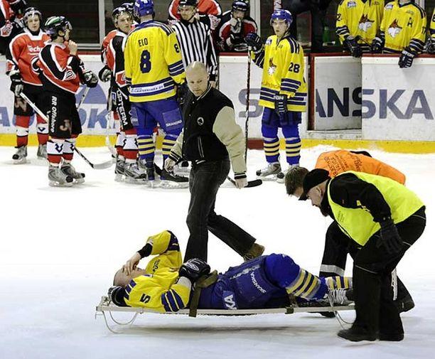 Lukon Tony Vidgren loukkaantui kaaduttuaan tappelussa Ässien Vladimir Ryzhkovin kanssa.