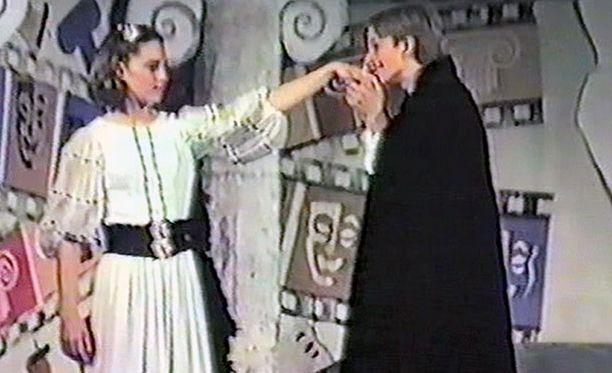 Marlborough'n ylä-asteella opiskellessaan Kate esiintyy koulunäytelmässä, jonka juoni vaikuttaa enteeltä: herttuattaren roolihahmoa kosii polvillaan näytelmän William-niminen hahmo.