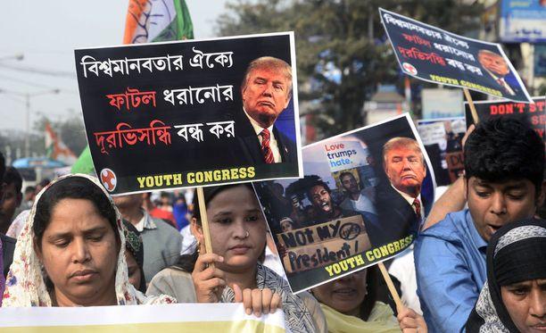 Trumpin seitsemän maan kansalaisten pääsyn Yhdysvaltoihin kieltävä laki on aiheuttanut mielenosoituksia muun muassa Intiassa.