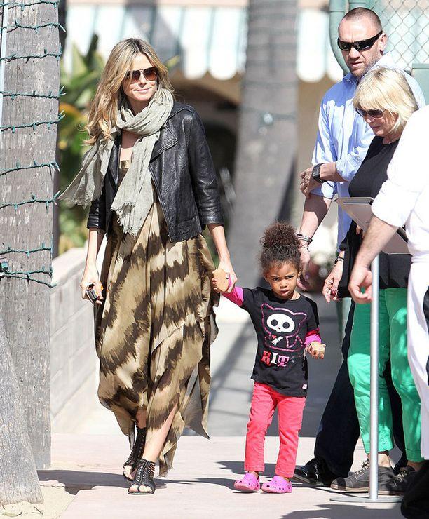 Heidi Klum tapailee henkivartijaansa Martin Kristeniä.