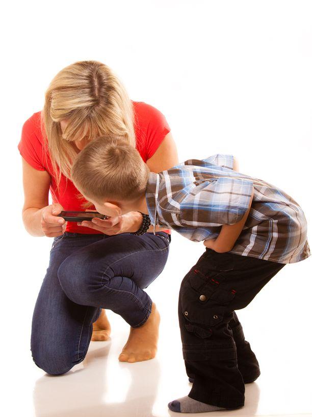 Lapsi saattaa helposti jäädä kakkoseksi älypuhelimelle.