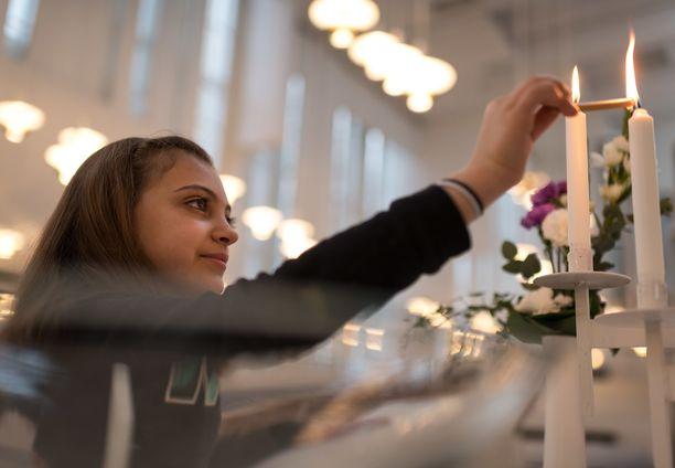 Tänä jouluna Liza Alsaddir muistaa kynttilää Myyrmäen kirkossa sytyttäessään erityisellä kaipauksella sotaa käyvään Syyriaan jääneitä isovanhempiaan.