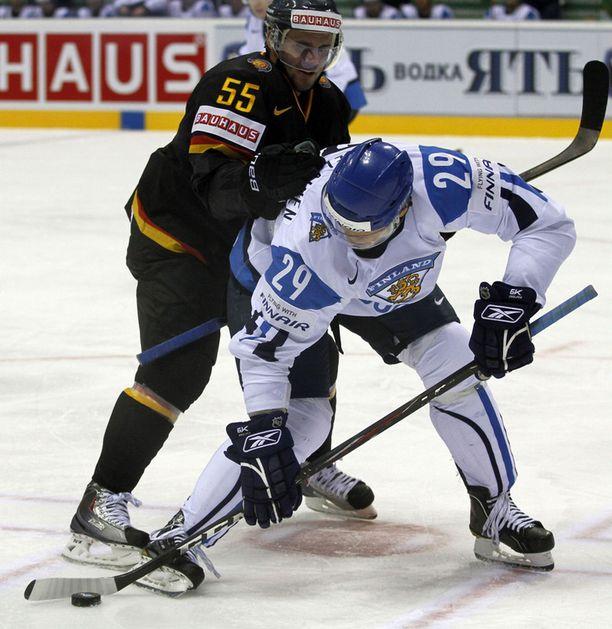 Petteri Nokelainen vääntää Saksan Felix Schutzin kanssa.