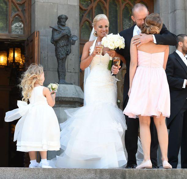 Ensimmäisenä onnittelemaan ehti Jere Karalahden tytär, Ronja Karalahti.