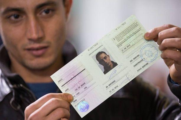 Syyrialaispakolainen Abrio Ahmd esitteli saapumisdokumenttiaan rekisteröintikeskuksessa Herfordissa Nordrhein-Westfalenin osavaltiossa.