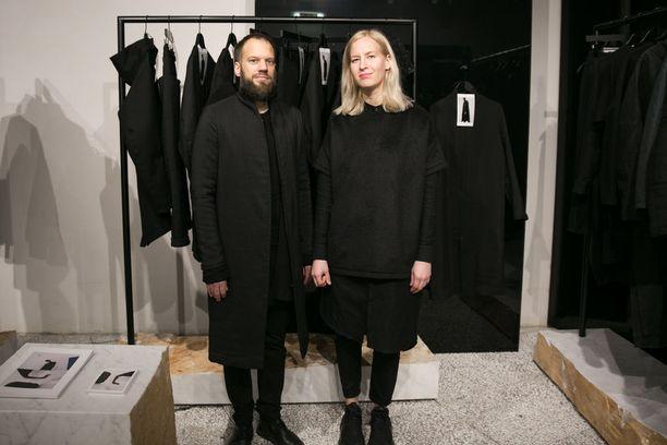 Niina ja Timo Leskelän Nomen Nescio erottautuu kokomustalla, minimalistisella mallistolla ja unisex-ajattelulla.