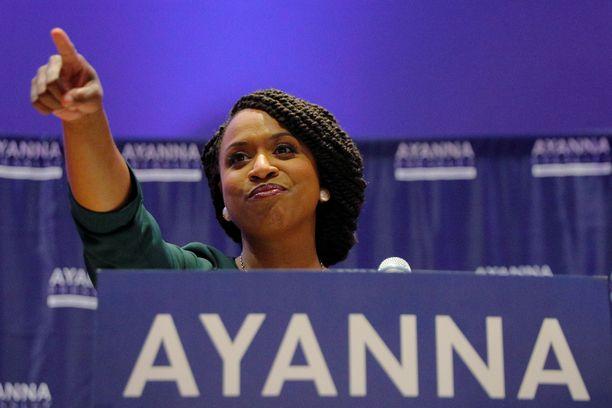 Ayanna Pressleyn yllättävä menestys on verrattavissa Ocasio-Corteziin, sillä hänkin päihitti vuosikausia kongressissa edustaneen republikaanin.