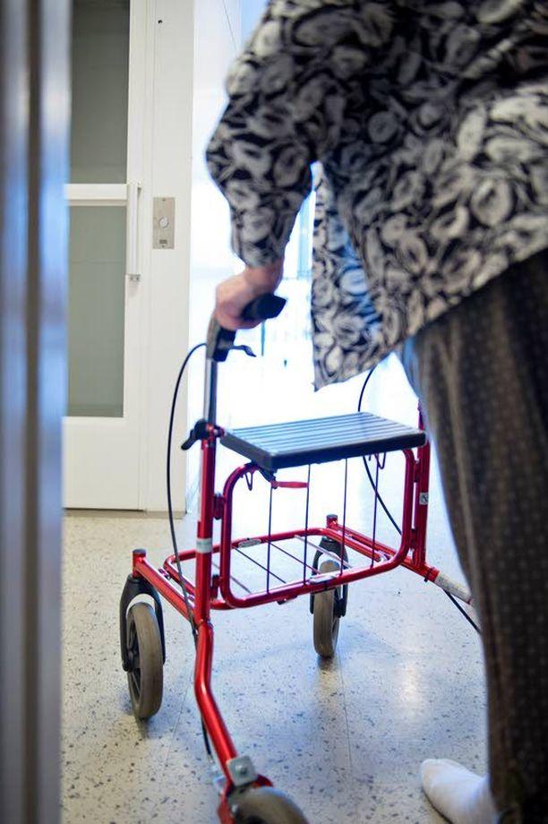 Siru Siuruainen järkyttyi 88-vuotiaan huonokuntoisen äitinsä kotiuttamisesta. Vanhustenhoito on Siuruaisen mielestä jäämässä yhteiskunnassamme pahasti jalkoihin.