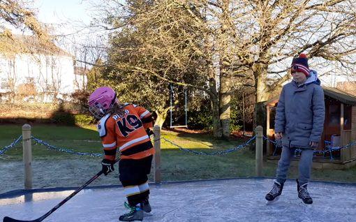 Britti-isä keksi ratkaisun, kun korona sulki jäähallit – rakensi lapsilleen luistelukentän takapihalle