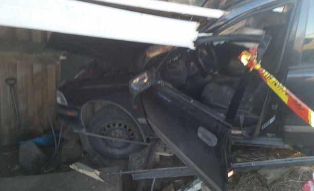 Auto vaurioitui pahoin törmätessään taloon ja sen terassiin.