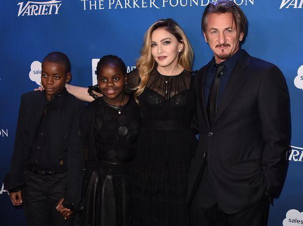 Madonnan nuorimmat lapset David Banda ja Mercy James edustivat äitinsä rinnalla.