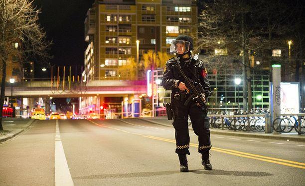 Poliisi eristi alueen pommin ympäriltä Oslossa lauantaina.