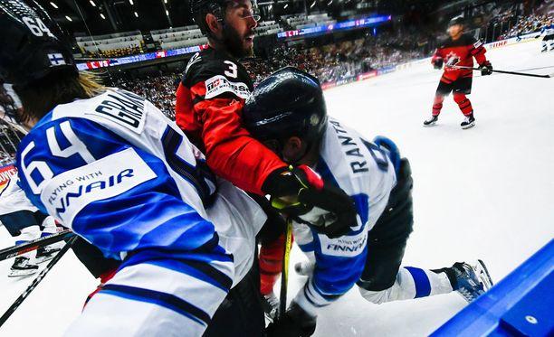 Mikael Granlund (vas.) ja Mikko Rantanen väänsivät lauantaina Kanadan Joel Edmundsonia vastaan.