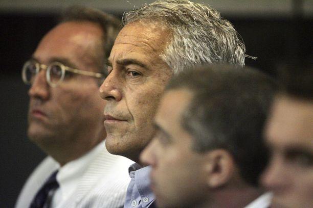 Jeffrey Epsteinin (kesk.) harjoittama hyväksikäyttö jatkui useita vuosia ja oli järjestäytynyttä. Rikokset tapahtuivat New Yorkissa ja Palm Beachilla Floridassa. Kuva otettu edellisessä oikeudenkäynnissä 2008.