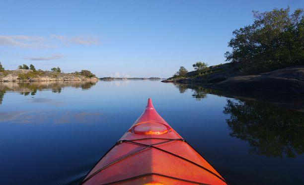 Ahvenanmaalla on yli 6700 nimettyä saarta. Kuvassa kajakointia Brändössä.