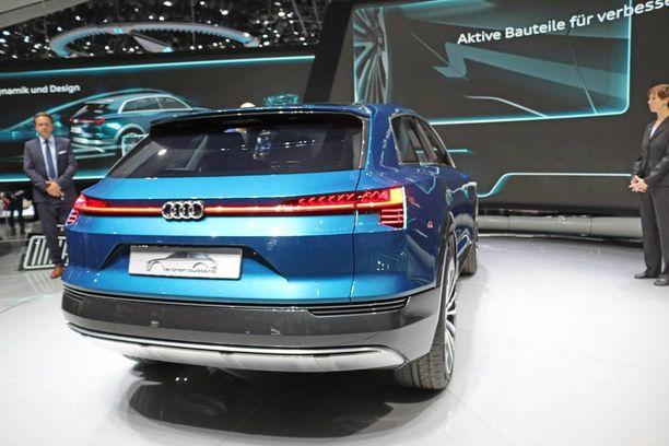 Takaapäin katsottuna konseptiauto on suorakulmaisempi ja särmikkäämpi kuin muut Q-mallit.