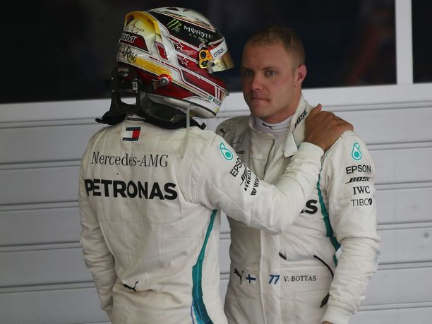 Lewis Hamilton (vas.) tunnusti kisan jälkeen rehdisti Valtteri Bottaksen paremmuuden.