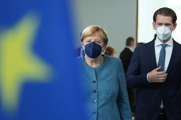 Saksan liittokansleri Angela Merkel (vas.) ja Itävallan liittokansleri Sebastian Kurtz saapuivat EU:n huippukokoukseen tiistaina.