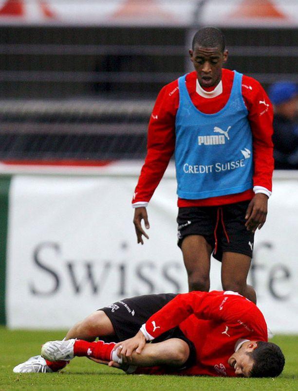 Sveitsin harjoituksissa tapahtui työtapaturma, kun Gelson Fernandes taklasi joukkuetoveriaan Tranquillo Barnettaa.